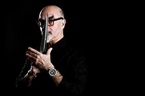 די ג'יי ישראל אהרוני עם סכין מטבח