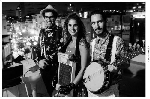 חברי להקת ספיצ'לס הרכב מוזיקלי בניחוח שנות ה-20